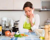 Smutnej kobiety kulinarni ryż w kuchni Zdjęcia Stock