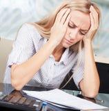 Smutni bizneswomanów spojrzenia przy dokumentami Zdjęcie Royalty Free