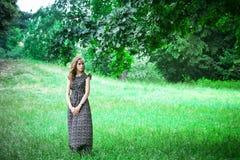 Smutni kobieta pobyty, spojrzenia w kierunku i zdjęcia royalty free