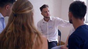 Smutni ludzie na grupowym psychotherapy siedzą w okręgu i zachęcaniu each inny zbiory