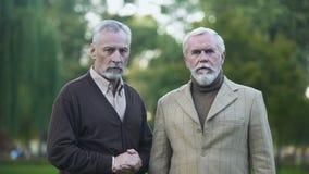 Smutni męscy emeryci patrzeje in camera, stary przyjaciel gubjący, emerytury ubóstwo zbiory