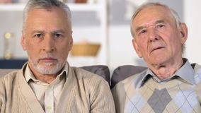 Smutni męscy emeryci patrzeje kamery zbliżenie, stary przyjaciel gubjący, emerytury ubóstwo zbiory wideo