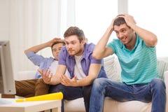 Smutni męscy przyjaciele z vuvuzela dopatrywania sportami Zdjęcia Stock