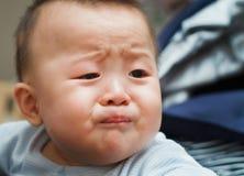 Smutny śliczny azjatykci dziecko ogląda out Fotografia Royalty Free
