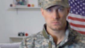 Smutny żeński przyglądający militarny chłopak, siły zbrojne obowiązek, niebezpieczny zawód zbiory