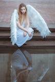 Smutny anioł blisko wody Obraz Royalty Free