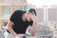 Smutny arabski młody biznesmena główkowanie Fotografia Royalty Free