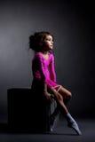 Smutny artystyczny gimnastyczki obsiadanie na sześcianie z arkaną obrazy stock