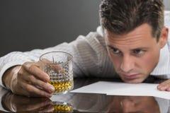 Smutny biznesmen pije alkohol obraz stock