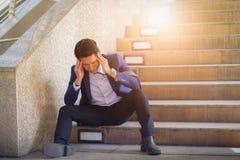 Smutny biznesmena obsiadanie na krokach outside zdjęcia stock