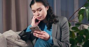 Smutny bizneswoman używa telefon komórkowego w domu zbiory wideo
