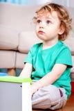 Smutny chłopiec obsiadanie Zdjęcia Stock