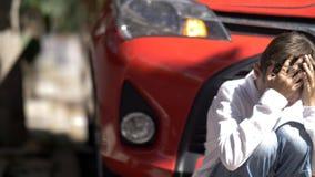 Smutny chłopiec samochód wypadek, zabawę obraz royalty free