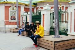 Smutny Columbian fan obsiadanie na ławce, texting po porażki o zdjęcia royalty free