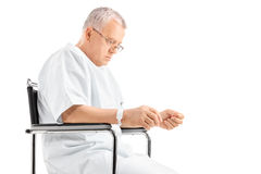 Smutny dorośleć mężczyzna obsiadanie w wózku inwalidzkim Obraz Royalty Free