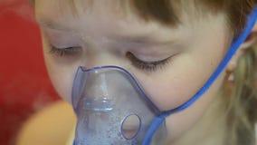 Smutny dzieciak w szpitalnej oddychanie masce dla inhalaci, dziewczyna w szpitalu taktuje inhalacją zdjęcie wideo