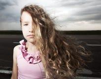 Smutny dziecko blisko drogi Fotografia Royalty Free