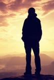 Smutny dziewczyna stojak na ostrym kącie piaskowa zegarek nad doliną słońce i skała Obrazy Stock