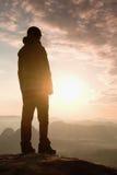 Smutny dziewczyna stojak na ostrym kącie piaskowa zegarek nad doliną słońce i skała Fotografia Stock