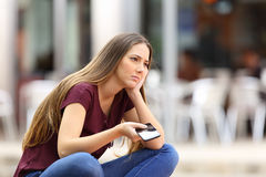 Smutny dziewczyny czekanie dla telefonu komórkowego wezwania Fotografia Stock