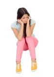 Smutny dziewczyny obsiadanie na podłoga obrazy royalty free