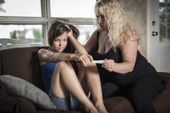 Smutny i okaleczający nastoletni mienie ciążowy test zdjęcia royalty free