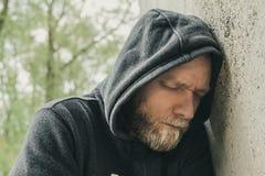 Smutny i osamotniony mężczyzna przy ścianą obrazy stock