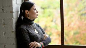 Smutny kobieta pobyt blisko okno Anty pełnoletni pojęcie zbiory wideo