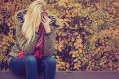 Smutny kobiety obsiadanie na ławce w parkowej chuje twarzy Zdjęcie Stock