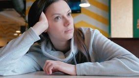 Smutny kobiety obsiadanie w czekaniu i kawiarni jej rozkaz zbliżenie zbiory wideo