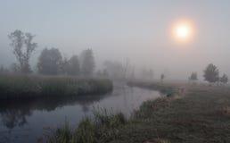 Smutny krajobraz rzeka w mgłowej jesieni nocy Melancholiczka krajobraz natura w nocy Zdjęcia Stock