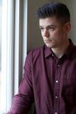Smutny mężczyzna cierpienie Od depresji Patrzeje Z okno Zdjęcie Stock