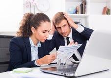Smutny mężczyzna i skoncentrowani kobiet coworkers w firmowym biurze Fotografia Royalty Free
