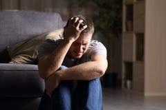 Smutny mężczyzna lamentuje w domu Obrazy Royalty Free
