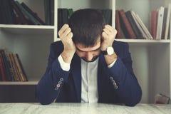 Smutny mężczyzna obsiadanie obrazy royalty free