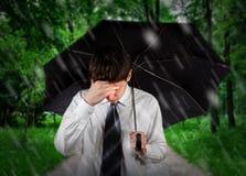 Smutny mężczyzna pod deszczem zdjęcie stock