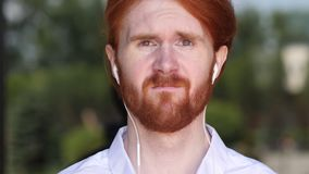 Smutny mężczyzna Robi Online Wideo gadce na Smartphone, życie w problemach zbiory