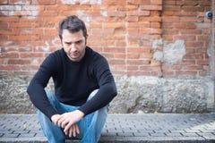 Smutny mężczyzna samotnie w mieście Obraz Royalty Free
