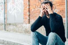 Smutny mężczyzna samotnie w mieście Zdjęcia Stock
