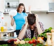 Smutny mężczyzna z gniewną żoną przy kuchnią zdjęcie stock