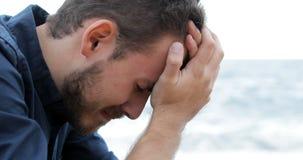 Smutny mężczyzny płacz na plaży zbiory