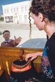 Smutny młodej kobiety falowanie w furgonu pociągu tramwaju lub, takin Zdjęcie Royalty Free