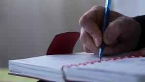 Smutny młody żeński uczeń pisze w jej czasopiśmie na łóżku podczas gdy siedzący dorastający doświadczenia 4K zbiory
