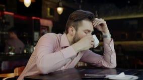 Smutny młody człowiek w barze zbiory