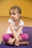 Smutny małej dziewczynki obsiadanie na macie Zdjęcia Stock
