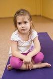 Smutny małej dziewczynki obsiadanie na macie Zdjęcia Royalty Free