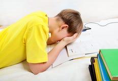 Smutny nastolatek robi pracie domowej Obrazy Royalty Free