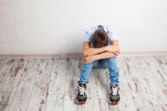 Smutny nastolatek wśrodku zdjęcie royalty free