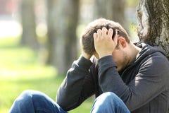 Smutny nastoletni opłakanie w parku fotografia stock