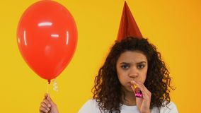 Smutny nastoletniej dziewczyny dmuchania przyjęcia róg, zanudzający na urodzinowym świętowaniu, samotność zbiory wideo